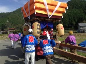 手作りのお神輿は上に子供たちがのって太鼓を叩きみんなでかけ声します。