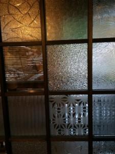 様々なガラスを張り合わせたガラス窓。