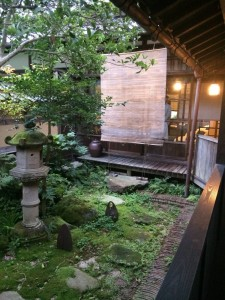 時間帯によって雰囲気の変わる中庭。
