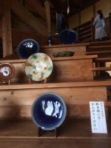 京都の河井寛次郎記念館の構造を手本にしたという吹き抜けがあり、開放的な店内でした。