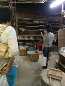 工房では、活気あふれる陶工さんたちのかけ声が飛び交っていました。 手をとめてお話も聞くことが出来ました。