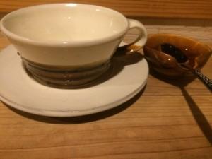 レンゲ置きのような器をプラスできるのも、安価な民藝品だから。色は茶系で統一。