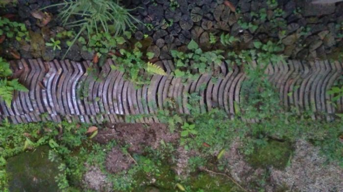 庭の一角に瓦、炭が埋められている。廃材を常にためているのだとか。