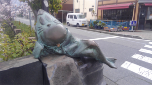 ねずみ男のブロンズ像。