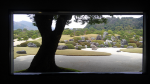 美術館内の窓から見る景色は一幅の絵画。 創設者の足立全康さんもそれを意図して作ったとか。