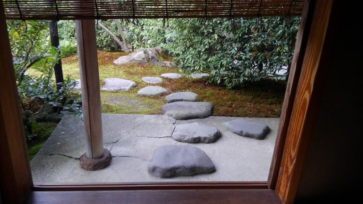 茶室から庭へでることも出来ます。