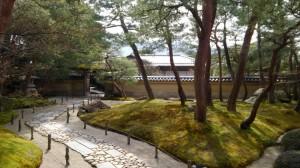 足立美術館内の茶室「寿立庵」へのアプローチ。