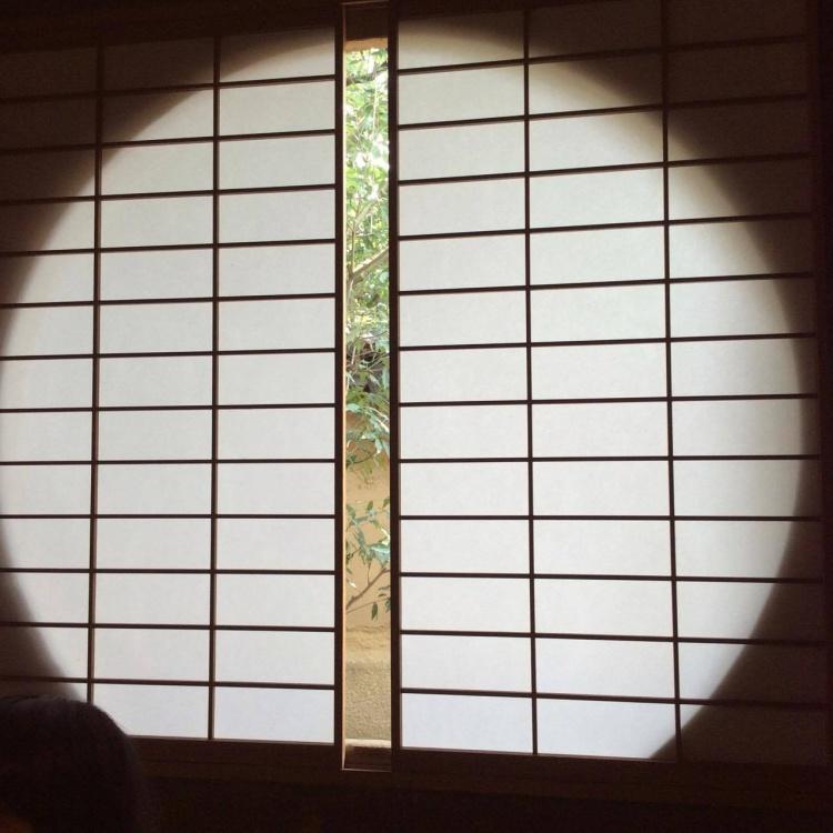 円窓から垣間見える庭もまた美し。