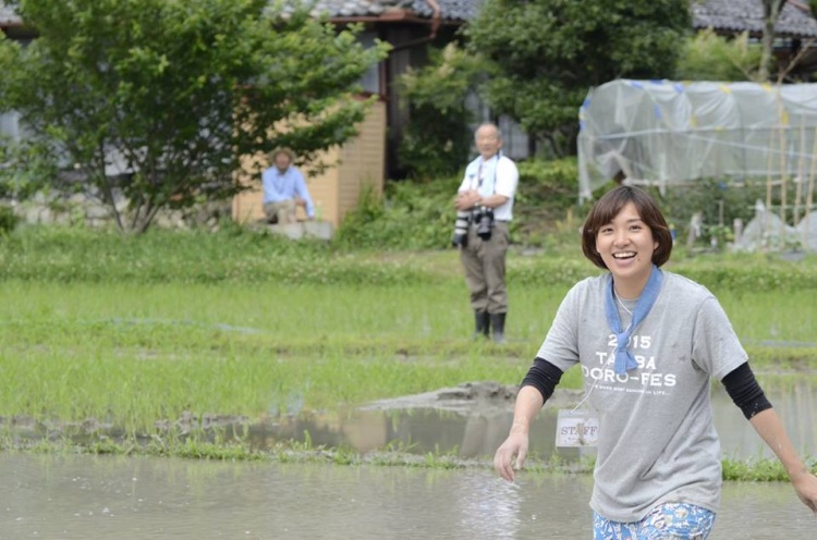 一年前の知秋さん、仲良くなった地域のおじさんたちが後ろに。