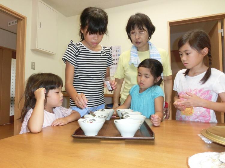 デザートの用意を手伝う子どもたち。ほほえましい光景です。