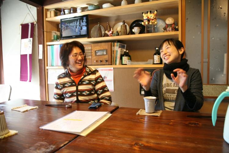 再会を喜ぶ伊藤さんと、ろくろを回す近藤さん。