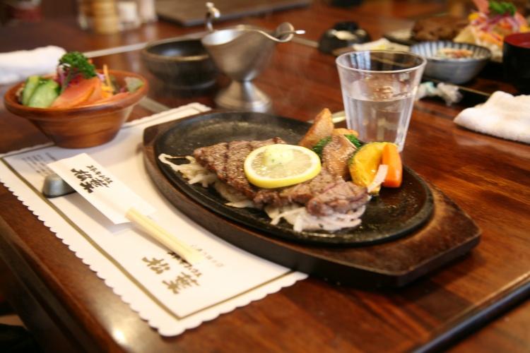 近藤さんは、ステーキを頼みました。