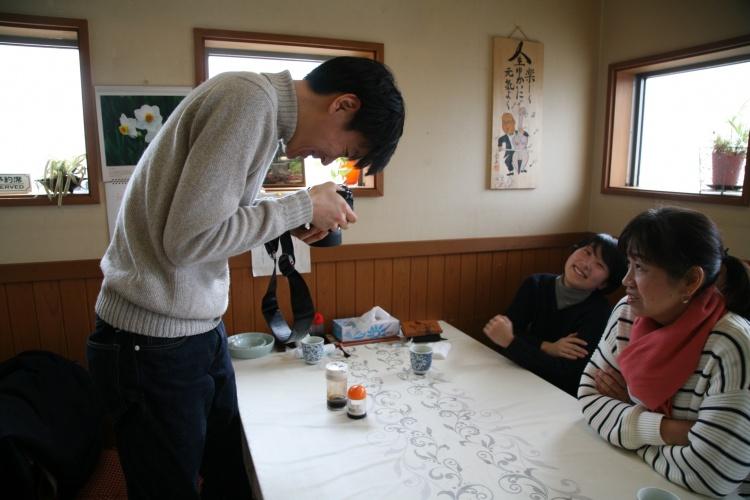 待ち時間にシオを撮影する中山さん。